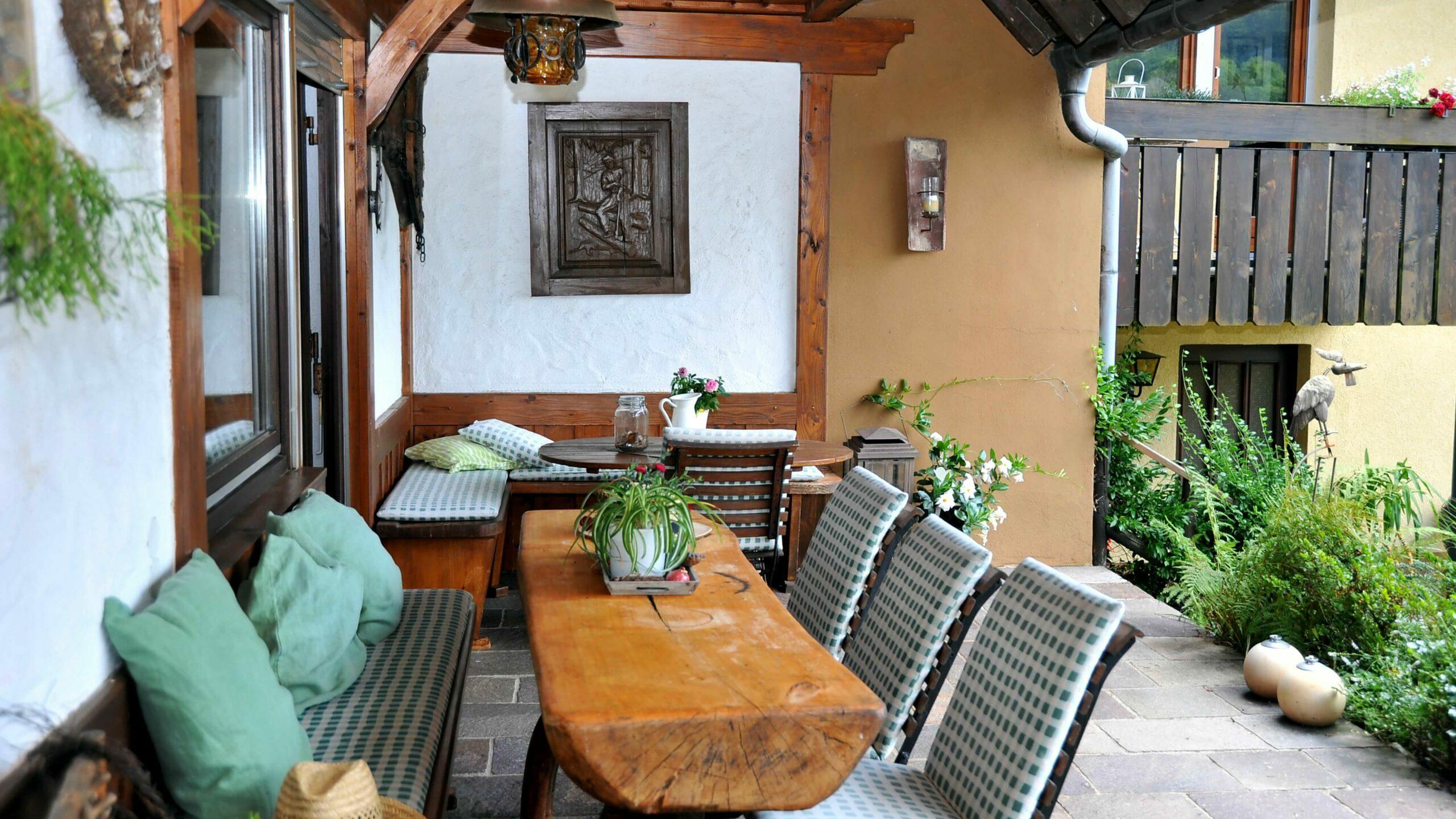 Terrasse mit rustikalen Sitzgelegenheiten