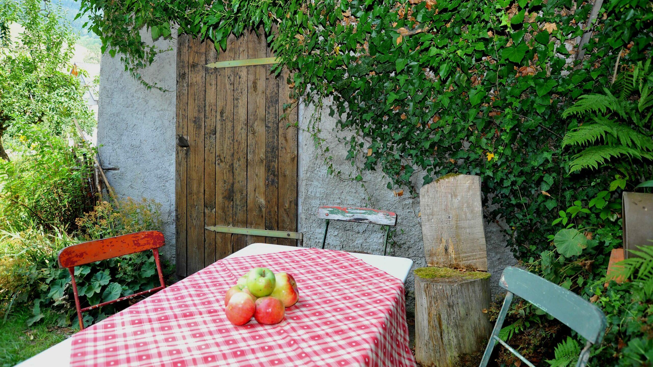 Uriges Eckchen mit Tisch und Stühlen